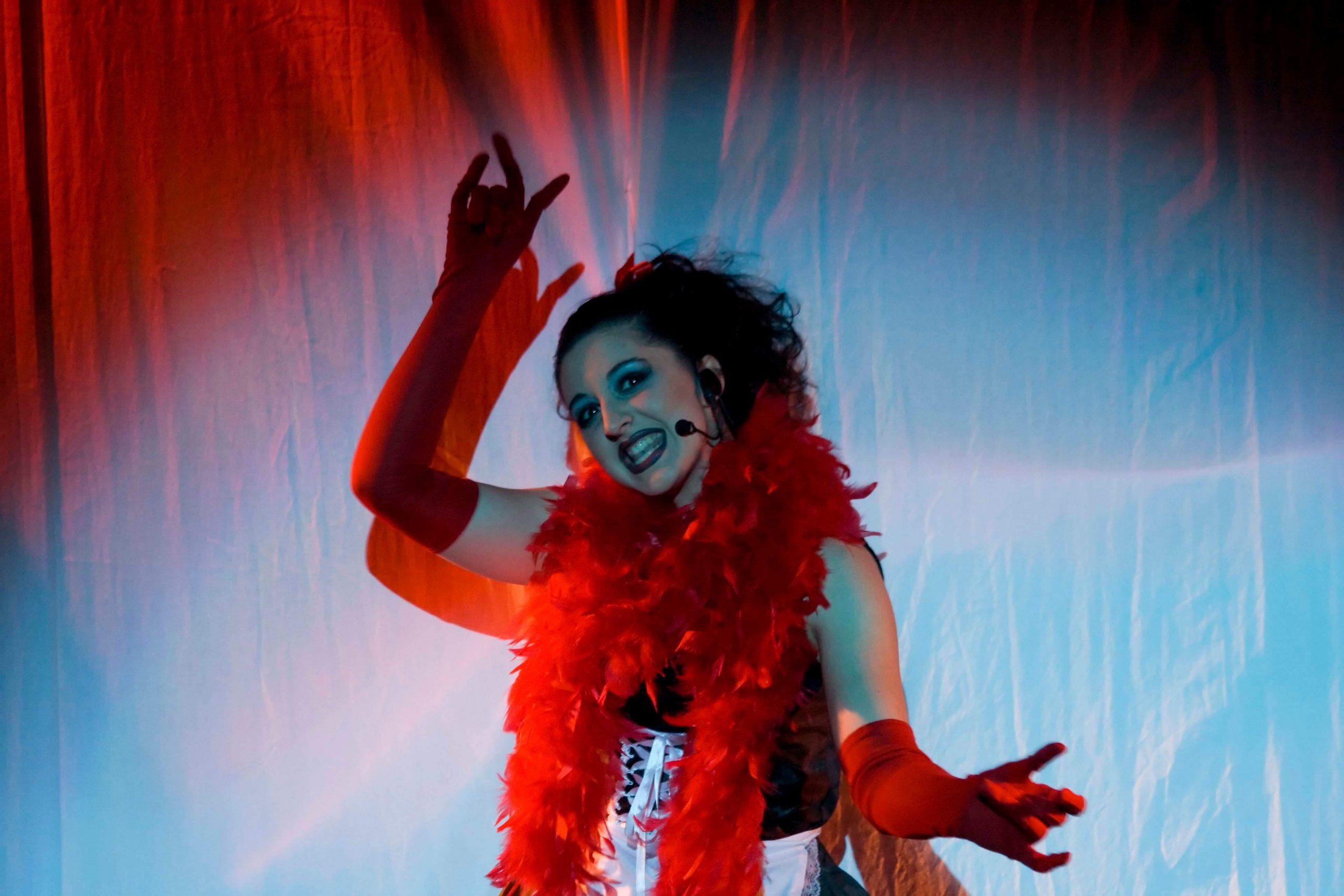 Martina Bardelli si esibisce in un assolo durante il Rocky Horror Experience