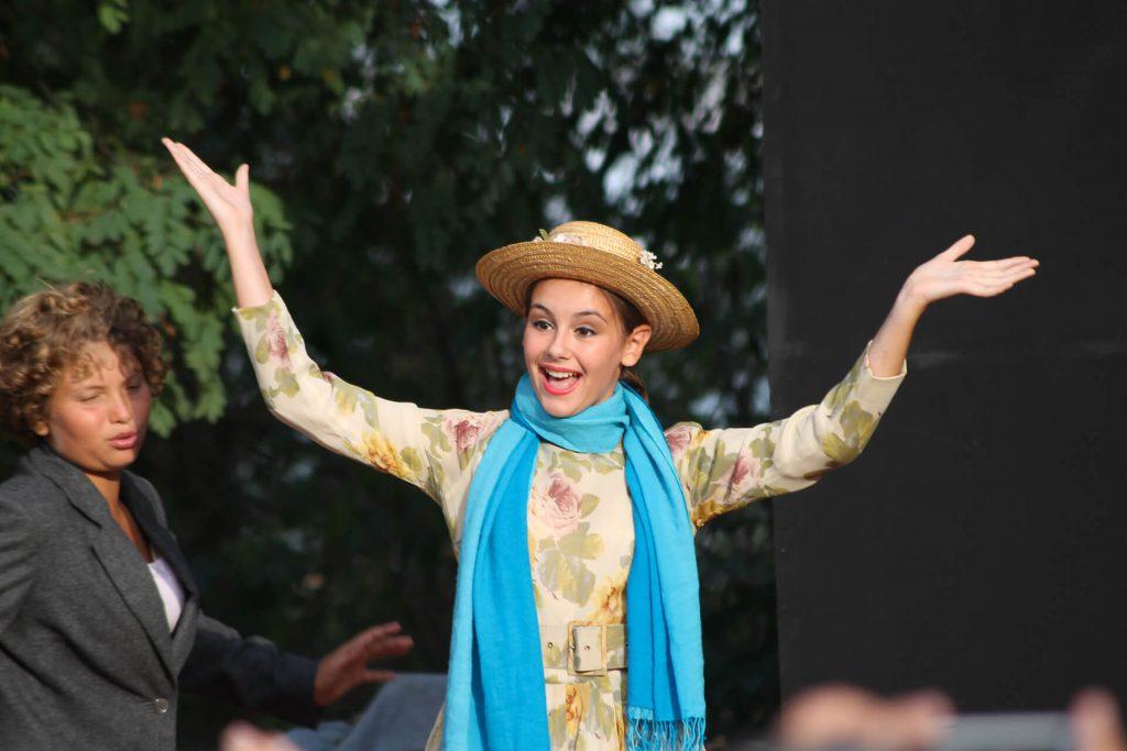 Giovane attrice durante uno spettacolo alle Valcelle