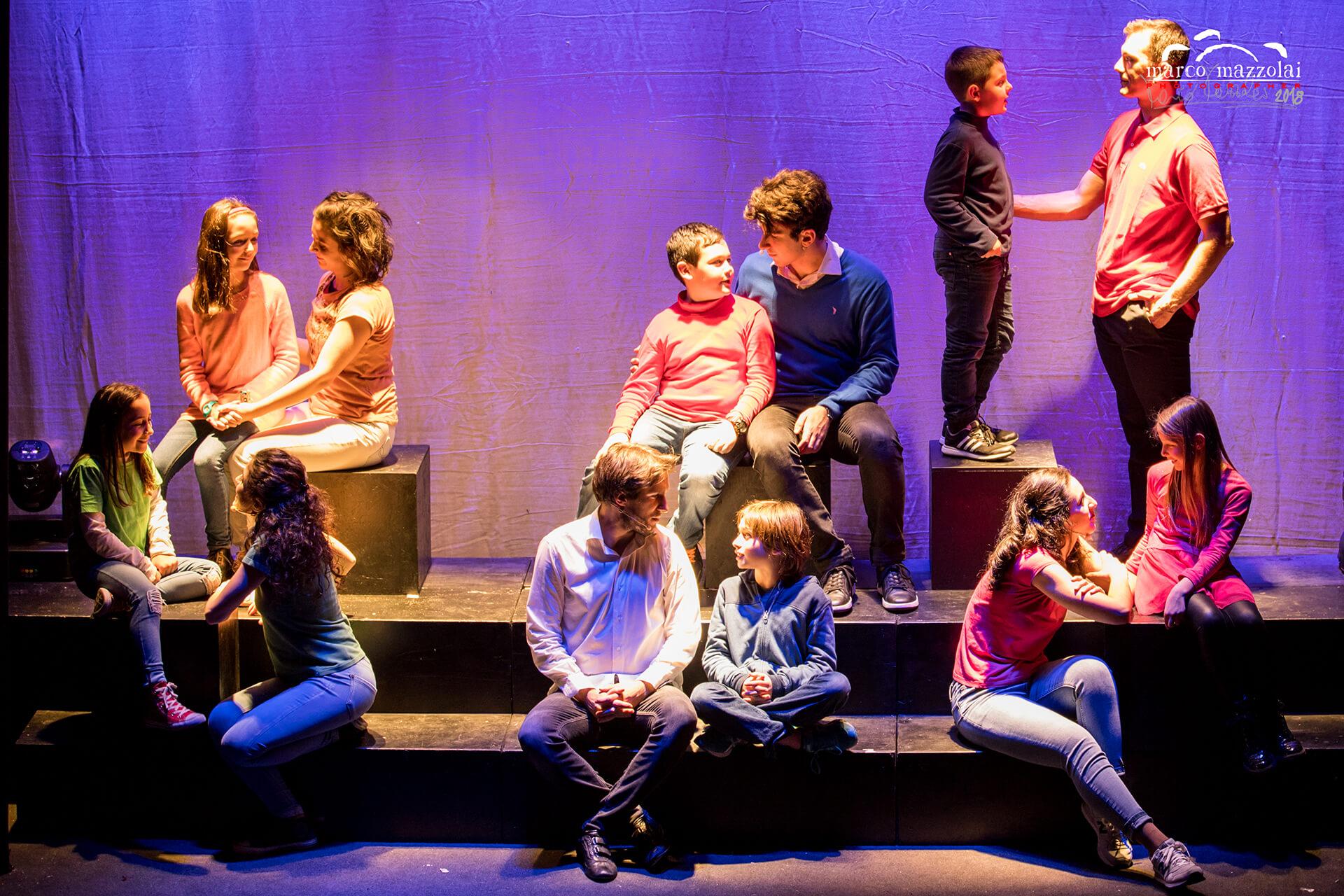 Alcuni membri giovani e giovanissimi della Compagnia si esibiscono per lo spettacolo dei 20 anni di attività