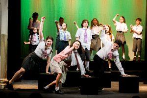 I giovani attori si esibiscono al Teatro degli Oscuri