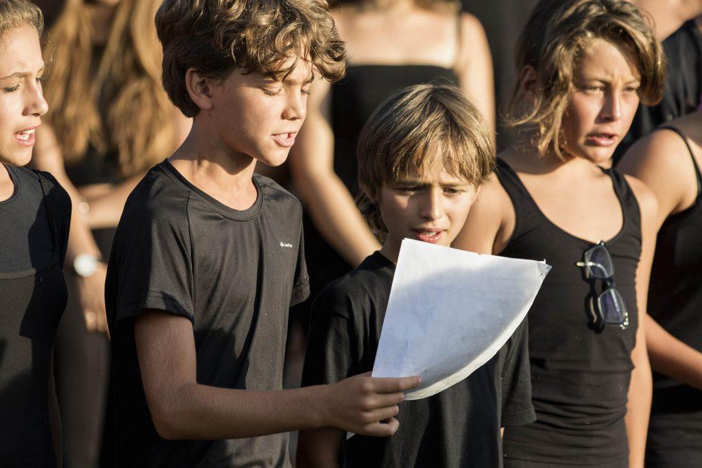 Alcuni giovani attori si esibiscono allo spettacolo di fine corso delle Valcelle nel 2016